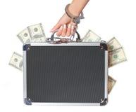 Argent, caisse de billets d'un dollar dans la main femelle avec des menottes, d'isolement Photo libre de droits