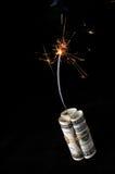 Argent comptant de dynamite avec le fusible allumé Photographie stock libre de droits