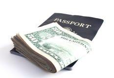 Argent comptant et passeport Photos libres de droits