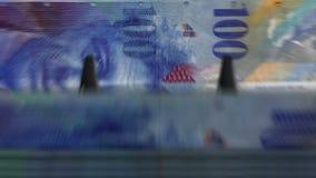 Argent comptant l'†de machine «100 francs suisses banque de vidéos