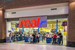 Argent comptant réel de supermarché à l'extérieur Photo stock