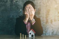 Argent d'économie à acheter à la maison à l'avenir image libre de droits