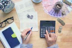 Argent d'économie et concept de finances, femme employant une calculatrice et un h image libre de droits