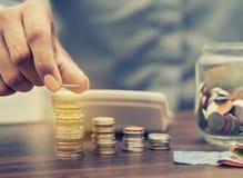 Argent d'économie et opérations bancaires de compte pour le concept d'affaires de finances photographie stock libre de droits