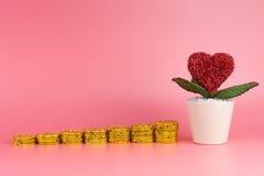 Argent d'économie pour l'amour et le mariage sur le rose Images stock