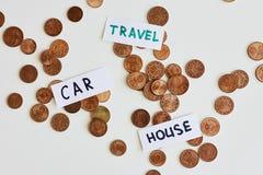 Argent d'économie pour le meilleur concept de la vie Les pièces de monnaie et les signes voyagent, voiture, maison photo stock