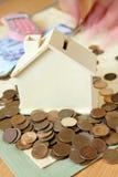 Argent d'économie pour une maison Image stock