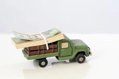 Argent d'économie sur l'assurance auto photos stock