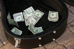 Argent d'astuce de billets d'un dollar dans le cas de guitare Images stock