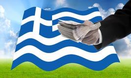 Argent d'offre d'homme d'affaires pour aider la Grèce photo libre de droits
