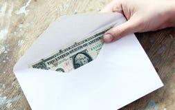 Argent dans l'enveloppe comme donation photographie stock