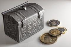Argent dans la boîte argentée brillante sur la table Euro actions de pièce de monnaie de différents pays Image stock