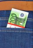 Argent dans la poche de jeans Image stock