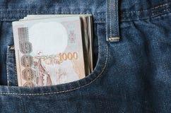 argent de baht à l'intérieur d'argent liquide de devise de la Thaïlande de poche de jeans Photos libres de droits