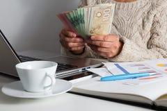 Argent de Canada Dollars Dame âgée comptant des factures sur la table photos stock