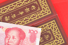 Argent de Chinois ou de 100 billets de banque de yuans dans l'enveloppe rouge, en tant que Chinois Photos stock