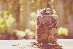 Argent de concept d'argent d'économie dans l'élevage de verre à bouteilles Images stock