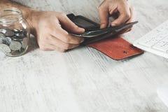 Argent de main d'homme avec le portefeuille photos stock