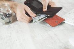 Argent de main d'homme avec le portefeuille images libres de droits