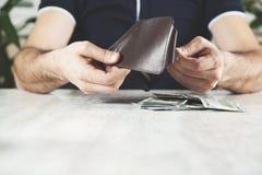 Argent de main d'homme avec le portefeuille photographie stock libre de droits