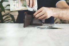 Argent de main d'homme avec le portefeuille image stock