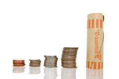 Argent de pièce de monnaie dans les piles avec l'emballage
