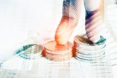 Argent de pièce de monnaie de pile avec des finances de livre de comptes Photographie stock