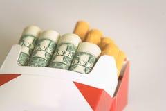 Argent de tabagisme de coûts Photographie stock