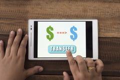 Argent de transfert en ligne images stock