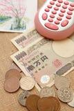 Argent de Yens du Japon avec la calculatrice Photo stock