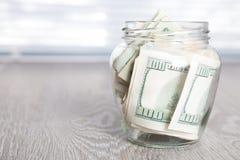 Argent Dollars dans le pot ouvert sur le fond en bois gris Copiez l'espace Photographie stock
