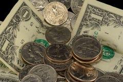 Argent, dollars, dixièmes de dollar, nickels et quarts des USA empilés aléatoirement images stock