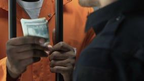 Argent donnant criminel afro-américain comme paiement illicite au gardien de prison, violant la loi banque de vidéos