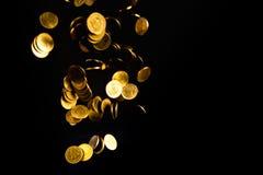 Argent en baisse de pièces d'or à l'arrière-plan foncé, concept d'affaires Photo libre de droits