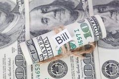 Argent et idée d'affaires, les billets d'un dollar attachés avec une corde, avec un signe - Bill photographie stock