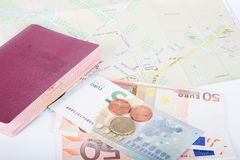 Argent et passeport sur une carte de fond de la ville Placez le voyageur Images libres de droits