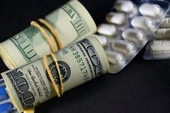 Argent et pilules Photos libres de droits