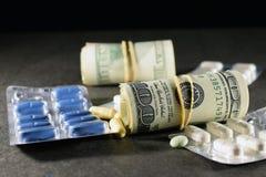 Argent et pilules Photo stock