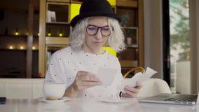 Argent et planification financière, femme vérifiant des factures avec l'ordinateur portable photo libre de droits