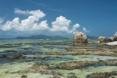 Argent ` för Anse källa D - härlig strand på tropisk öLa Digue i Seychellerna Arkivfoton