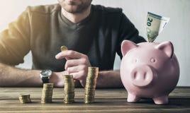 Argent financier calculateur avec la tirelire et les pièces de monnaie photo libre de droits