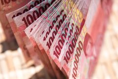 Argent indonésien, 100 000 billets de banque de différence interdécile images libres de droits