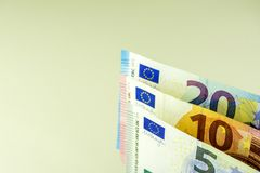 Argent liquide d'Union européenne Billets de banque à 5, 10, 20 euros sur un fond léger Photo stock