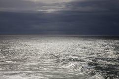 Argent liquide - l'Océan Atlantique et ciel foncé Photos libres de droits