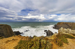 Argent liquide - l'Océan Atlantique et ciel foncé Image stock