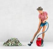 Argent nettoyant à l'aspirateur de femme au foyer Images stock