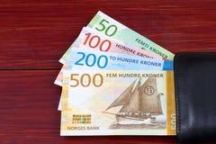 Argent norvégien dans le portefeuille noir image stock