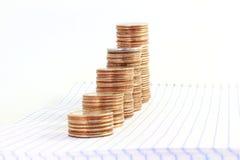 Argent ou graphique ou argent de pièce de monnaie s'élevant ou enregistrant le concept sur le fond blanc Photos libres de droits