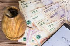 Argent/peso avec le bombilla et téléphone portable argentins avec une calculatrice Images stock