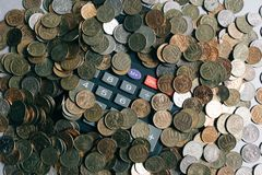 Argent, pièces de monnaie et billets de banque russes, calculatrice sur le fond gris photographie stock